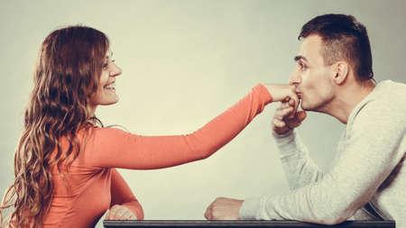 beso: Hombre educado, esposo besando la mano de mujer de palma. Bueno, relación feliz. Pares del amor concepto. Foto de archivo