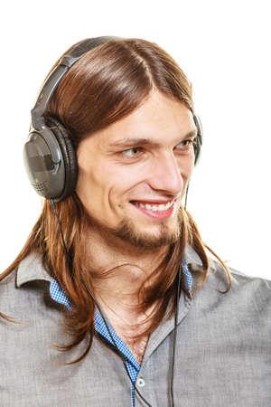 persone relax: Giovane con le cuffie per ascoltare musica. Ragazzo di relax godendo. Le persone a rilassarsi concetto di piacere per il tempo libero. Isolato su sfondo bianco. Archivio Fotografico