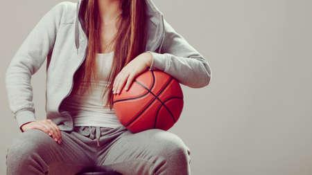 sudadera: Primer plano de deportivo cuerpo chica adolescente que llevaba capucha de baloncesto celebración sudadera. deporte adolescente.
