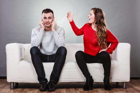 pelea: pares que tienen argumento - conflicto, malas relaciones. Mujer furia Hombre enojado gritando cerrando sus oídos. Foto de archivo