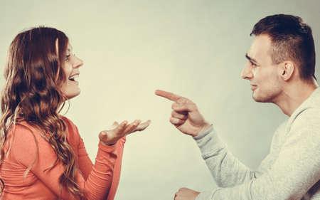 幸せなカップルの話をして、笑いの日付。微笑んでいる女の子と男の会話します。愉快な女性の笑いを作る男。良好な関係。Instagram は、フィルタ リ 写真素材
