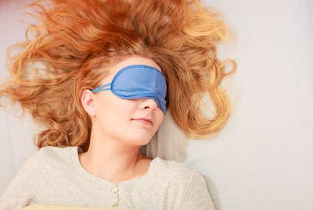 Müde Frau schlafend im Bett tragen Augenbinde Schlafmaske. Junges Mädchen, das Nickerchen. Standard-Bild - 45078807