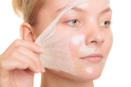 뷰티 스킨 케어 화장품 및 건강 개념. 흰색에 고립 된 얼굴 껍질 오프 마스크를 제거하는 근접 촬영 젊은 여성의 얼굴, 소녀. 필링 스톡 콘텐츠