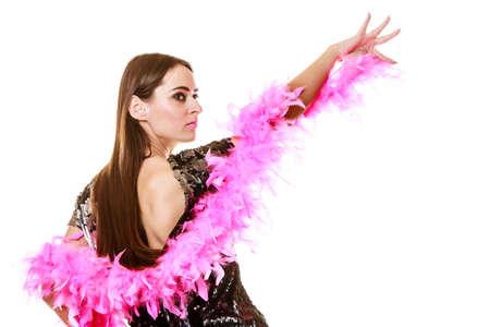 baile latino: Fiesta celebración del año nuevo y carnaval concepto. Mujer elegante en traje de lentejuelas noche de plumas rosa bailando boa aislado en fondo blanco. Foto de archivo