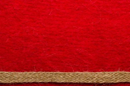 fondo rojo: Frontera o marco formado por la cuerda de arpillera áspera sobre fondo rojo textil.