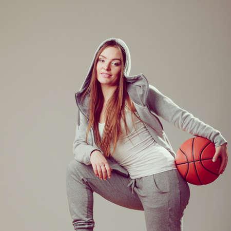 sweatshirt: Ni�a adolescente llevaba capucha deportiva de baloncesto celebraci�n sudadera. Deporte adolescente.