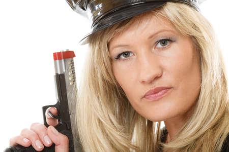 mujer policia: rubia policía mujer policía posando con arma de fuego pistola aislado en fondo blanco