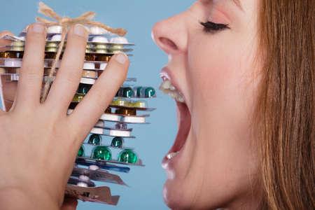 sobredosis: Mujer que toma p�ldoras. Chica femenina comer pila de tabletas. Drogadicto y el concepto de atenci�n m�dica. Sobredosis.