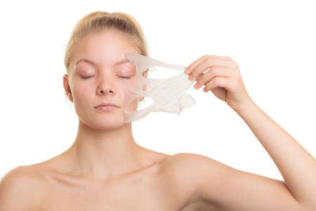 아름다움 스킨 케어 화장품 및 건강 개념입니다. 근접 촬영 젊은 여자 얼굴, 소녀 화이트 절연 마스크 떨어져 얼굴 껍질을 제거합니다. 필링