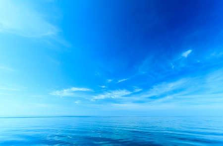 美しさ: 美しい海は水平線と空。静かな情景。自然の天然成分。美しさの風景。