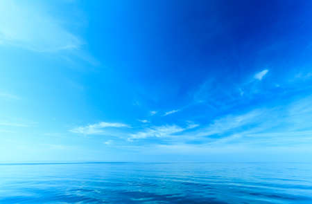 Horizonte hermoso mar paisaje marino y el cielo. Escena tranquila. Composición natural de la naturaleza. Paisaje de la belleza. Foto de archivo - 46027010