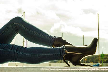 black girl: Autumn fashion Outfit. Moderne Frau lange Beine in Jeans schwarz stilvolle High Heels Schuhe im Freien auf Stadtstra�e