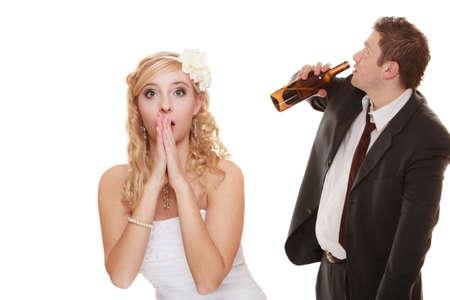 alcool: Wedding couple, mariée malheureuse avec marié potable alcoolique. Femme regardant son avenir décision marque - la violence des problèmes d'alcoolisme notion Banque d'images