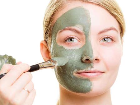 limpieza de cutis: Concepto de tratamiento de belleza. Cosmetician arcilla aplicar máscara facial en la cara de mujer. Cuidado de la carrocería de estilo de vida saludable. Foto de archivo