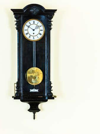 reloj de pendulo: viejo reloj de p�ndulo de madera grande que cuelga en la pared Foto de archivo