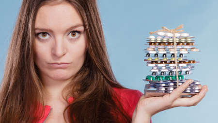 SOBREDOSIS: Woman holding pills. Girl female with stack of tablets. Drug addict and health care concept. Overdose. Foto de archivo