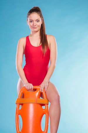salvavidas: muchacha de la mujer con tubo de rescate salvavidas boya supervisión. Foto de archivo