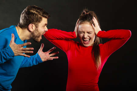 abusing: Marido abusar esposa. Hombre agresivo gritando a llorar mujer asustada. Agresi�n violencia dom�stica. Mala relaci�n. Foto de archivo