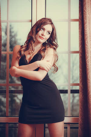 fille sexy: Portrait de sexy femme magnifique par la fenêtre de la porte française à la maison. Attractive sensuelle jeune fille aux longs cheveux dans la lingerie. Femme de mode. Filtre Instagram. Banque d'images