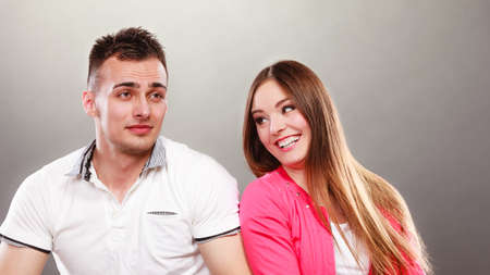 parejas enamoradas: Pareja feliz divertirse y perder el tiempo. Hombre alegre y la mujer tienen buen tiempo. Buena relación.