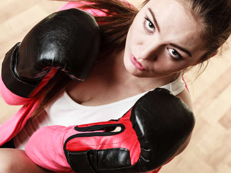 feministische: Emancipation and feminist. Defense concept. Young fit woman boxing. Indoor. Stockfoto