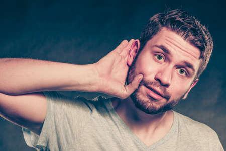 chismes: El chisme hombre de espionaje con la mano a la oreja. Individuo o�r escuchar rumores. Espionaje y el concepto de secreto.