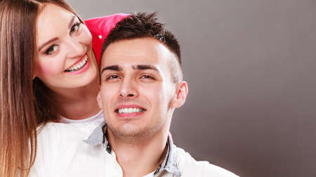 parejas jovenes: Portrait of smiling woman and man posing. Happy joyful couple. Good relationship.