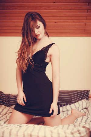 sexy young girl: Соблазнительная сексуальная красивая женщина носить белье в постели у себя дома. Привлекательный чувственный молодая девушка с длинными волосами. Женское нижнее белье мода.