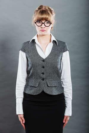 SECRETARIA: Retrato de elegante joven empresaria. secretaria triste advirti� reprendido por jefe. Mujer trabajador de cuello blanco que llevaba chaleco y gafas.