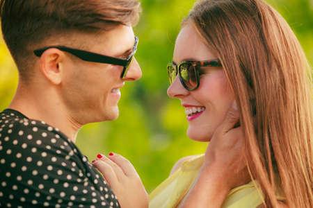 amadores: Amor y felicidad. Amantes Joven pareja feliz con gafas de sol contactos en el parque de verano al aire libre.