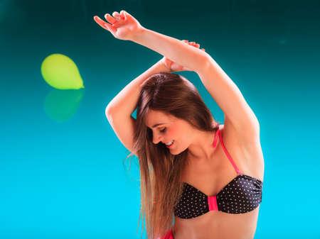 junge nackte m�dchen: Portrait eines gl�cklichen sexy verf�hrerische Frau am Swimmingpoolrand am Pool. Recht anziehendes sinnliche junge M�dchen im Bikini entspannen. Lizenzfreie Bilder