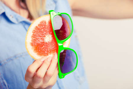 comidas saludables: Chica de verano la celebración de pomelo. Turista feliz disfrutó de vacaciones.