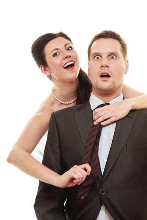 domination: Emancipaci�n. Mujer que tira el lazo del hombre, la mujer que muestra su dominio sobre el marido aislado en blanco.