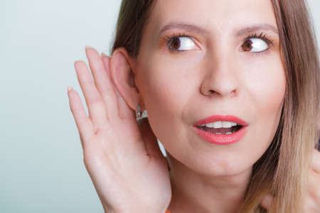 chismes: El chisme espionaje chica con la mano al o�do. Mujer o�r escuchar rumores. Espionaje y el concepto de secreto.