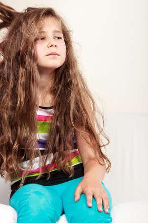 petite fille triste: Portrait de triste malheureux gamin fille. Lonely Child d�prim�. Mauvaise humeur.