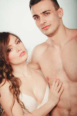 desnudo: Amantes par de atractivas j�venes apasionados que abrazan en estudio. Guapo musculoso semidesnudo hombre semi desnuda y muy hermosa mujer en ropa interior. El amor y la pasi�n.