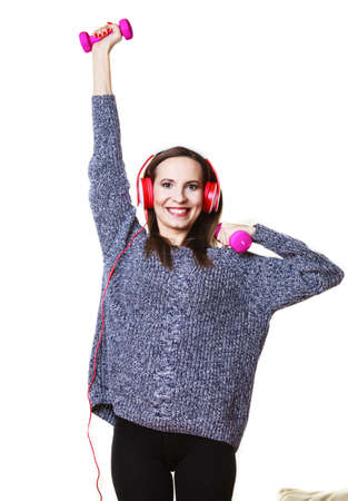 escucha activa: Estilo de vida activo, relajarse concepto. Mujer apta que escucha la m�sica mientras hace ejercicio con pesas