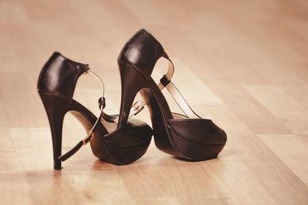 sexualidad: La belleza y la sexualidad de las mujeres. Sexy negro mujer zapatos de tacón alto. moda femenina y estilo.