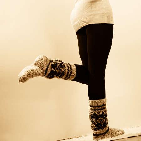 medias veladas: la moda de invierno. Piernas de la mujer en pantimedias negro y calcetines calientes de lana de moda con estilo