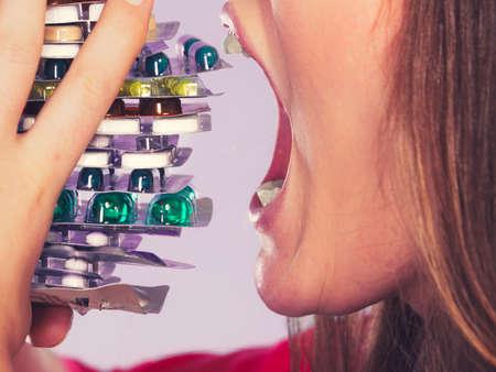 sobredosis: Primer plano de pastillas mujer que toma. Hembra comiendo pila de tabletas. adicto a las drogas y el concepto de cuidado de la salud. Sobredosis.