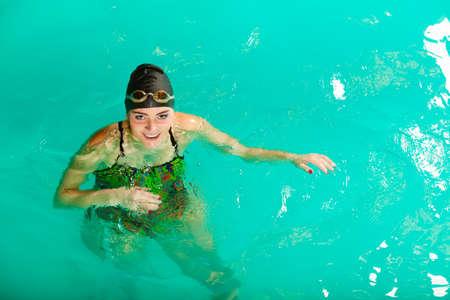 traje de bano: Nataci�n. La competencia y la recreaci�n. La mujer salta nadador. Junto a la piscina.