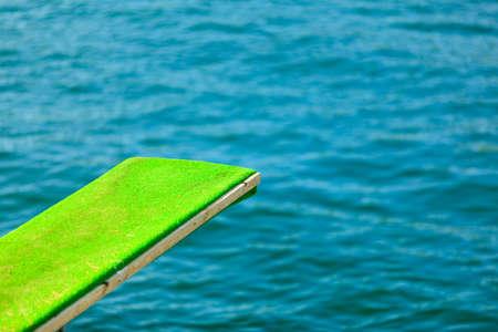 springboard: Las vacaciones de verano y el deporte peligroso. Vista de trampolín. Trampolín para bucear en el agua.