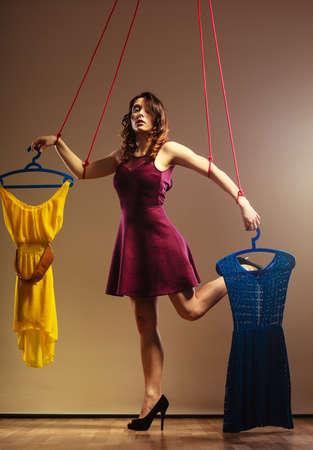 compras compulsivas: chica de moda tiene vestidos, el concepto adicta a las compras