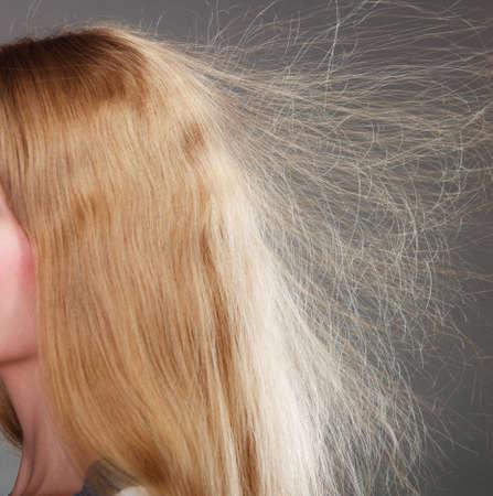 Gros plan d'une femme jeune fille aux cheveux blonds statique longtemps.