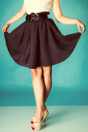 tacones: Moda y belleza de la parte del cuerpo femenino. Piernas atractivas de la muchacha en zapatos de tac�n alto. Estudio de disparo. Retro y fotos de �poca.