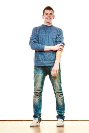 Junge modische Mann Teen Boy in voller Länge Casual Style Blue Jeans posiert isoliert auf weiß on