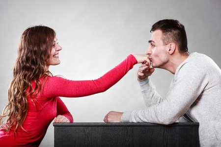 Hombre educado, esposo besando la mano de mujer de palma. Bueno, relación feliz. Pares del amor concepto. Foto de archivo
