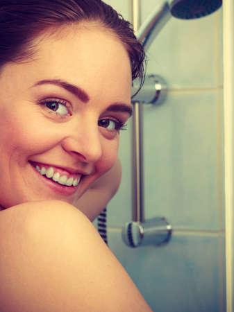 cabine de douche: Fille douche dans une cabine de douche cabine enceinte. Jeune femme en prenant soin de l'hygi�ne dans la salle.