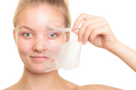 antifaz: Belleza cosm�ticos cuidado de la piel y el concepto de salud. Primer rostro de mujer joven, muchacha que quita facial mascarilla exfoliante aislado en blanco. Descamaci�n