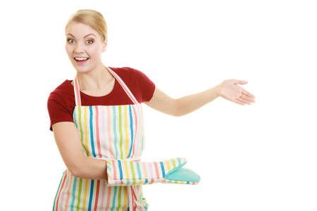 invitando: Feliz delantal de cocina ama de casa o propietario de una peque�a tienda de negocio empresario asistente camarera haciendo gesto de invitaci�n de bienvenida aislado en blanco